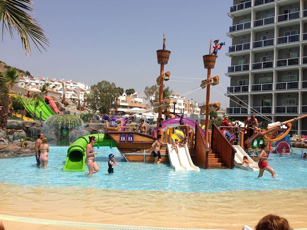5 hotels in spanje met de beste waterparken en de mooiste zwembaden kiddowz - Eilandjes bad ...