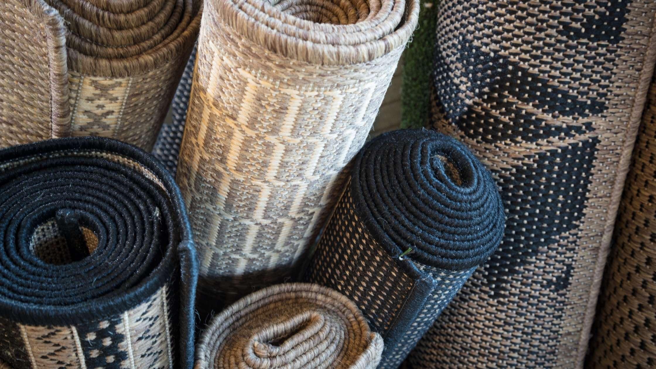 diverse tapijten opgerold
